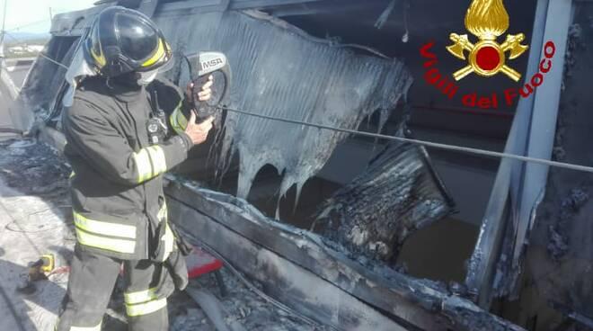 incendio pontedera capannone industriale
