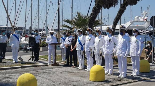 La capitaneria di porto di Viareggio celebra la giornata della Marina Militare: corona d'alloro ai caduti