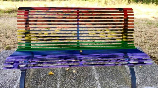 panchina arcobaleno Santa Croce sull'Arno