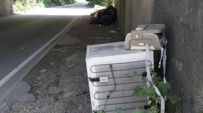 rifiuti abbandonati a Viareggio e Torre del Lago