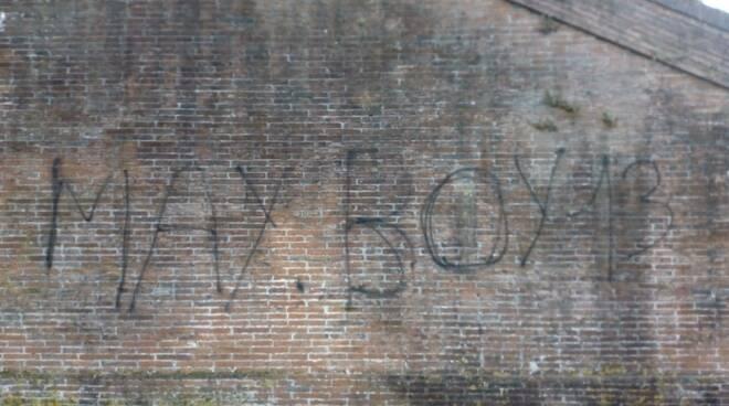 Vandali deturpano le Mura con una scritta spray