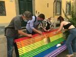Volontari coprono le scritte sulla panchina arcobaleno