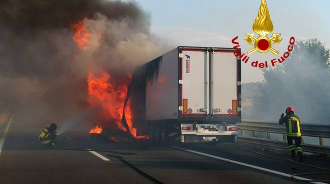camion a fuoco in A1
