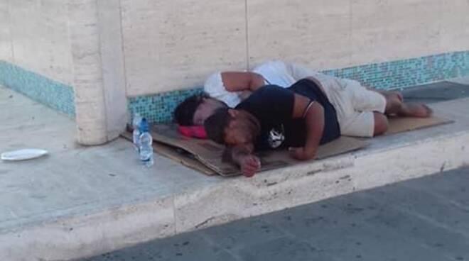 dormono accanto alla zattera