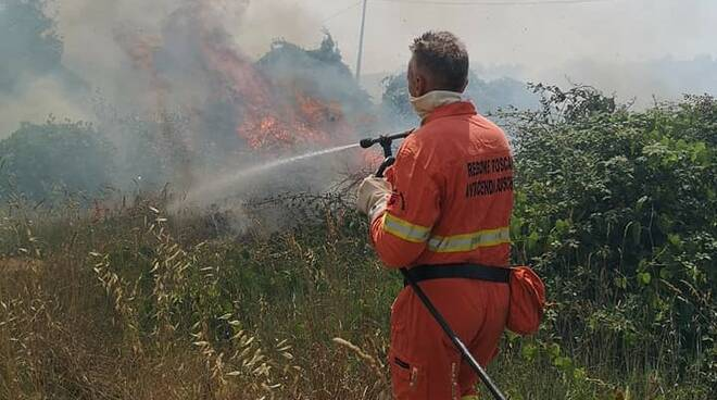 Incendio vicino ai binari a San Miniato Basso 8 luglio 2021