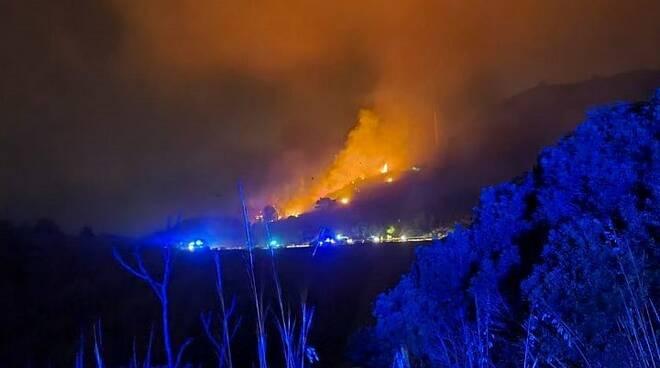 maxi incendio all'isola d'elba