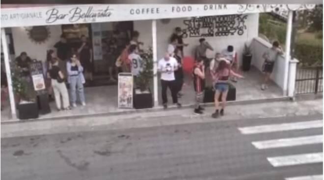 rave party tavolaia si spoglia davanti ad un bar