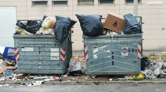rifiuti abbandonati nel parco commerciale di san vito