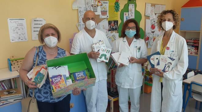 Si presenta in pediatria al San Jacopo di Pistoia e dona libri per pediatria