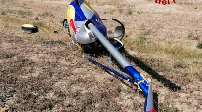 Atterraggio di emergenza per un elicottero privato in un campo a Vicopisano