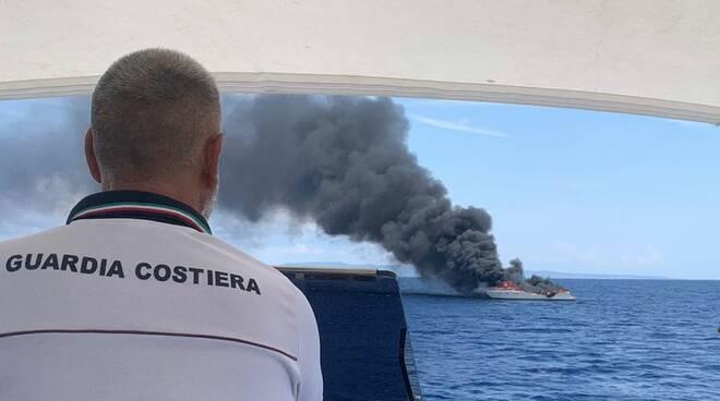 guardia costiera barca a fuoco