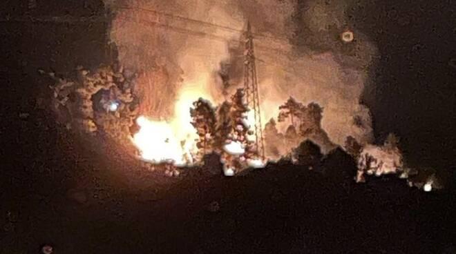 incendio Valdicastello Pietrasanta minaccia case