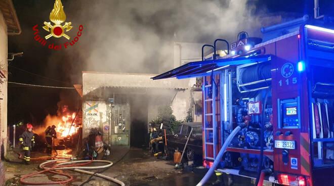 Officina meccanica a fuoco nella notte a Dicomano