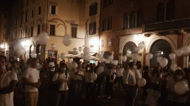 palloncini bianchi Ludovica Tocchini piazza San Michele Montecarlo