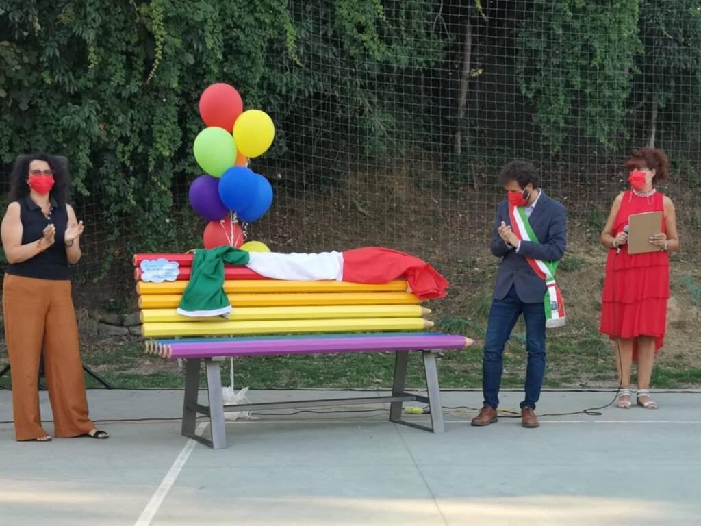 panchina rossa e arcobaleno a Valdottavo