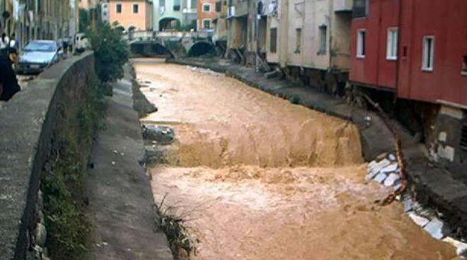 torrente carrione in piena a Carrara