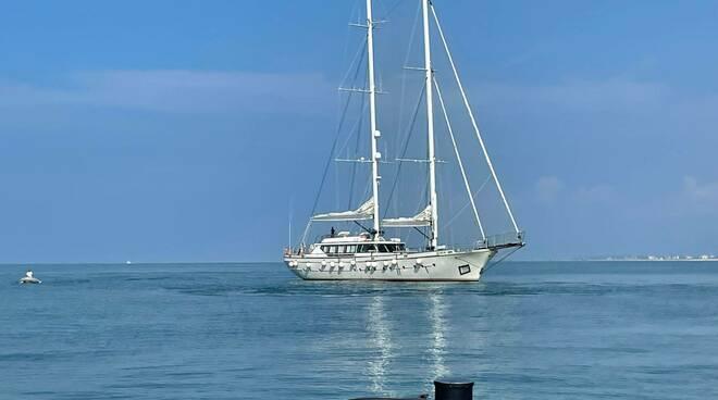 barca a vela incagliata