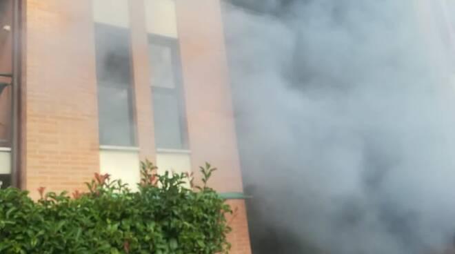 Brucia il garage e l'appartamento: trovato morto un 89enne