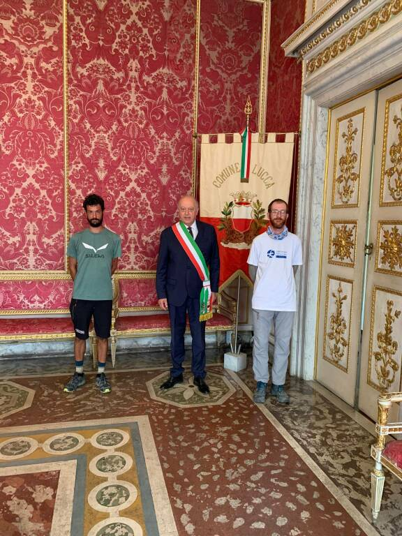 Daniele Matterazzo ricevuto in Comune dal sindaco Alessandro Tambellini via Francigena