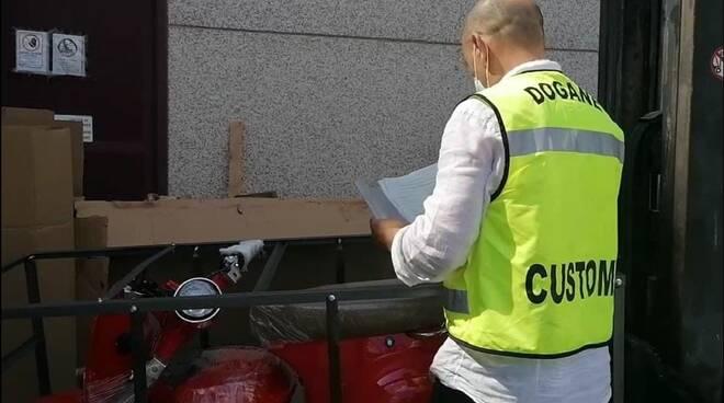 Frode sugli scooter elettrici: Vespe contraffatte dalla Cina, la scoperta nel porto di Livorno