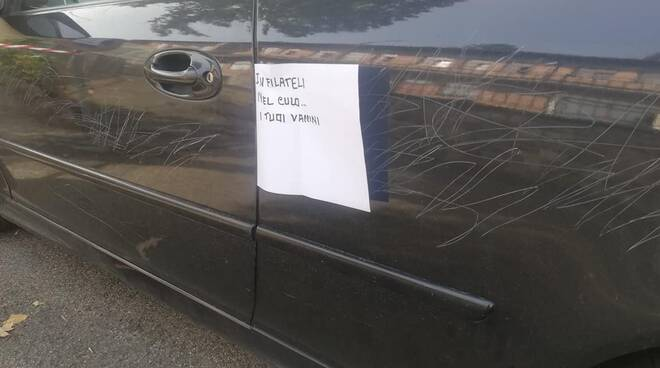 Graffi e scritte no vax sull'auto di un avvocato di Arezzo