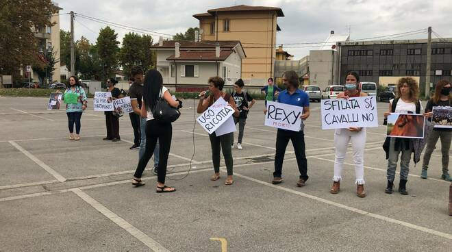 manifestazione contro palio fucecchio