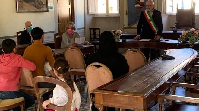 Paolo Michelini riceve famiglia afghana in Comune