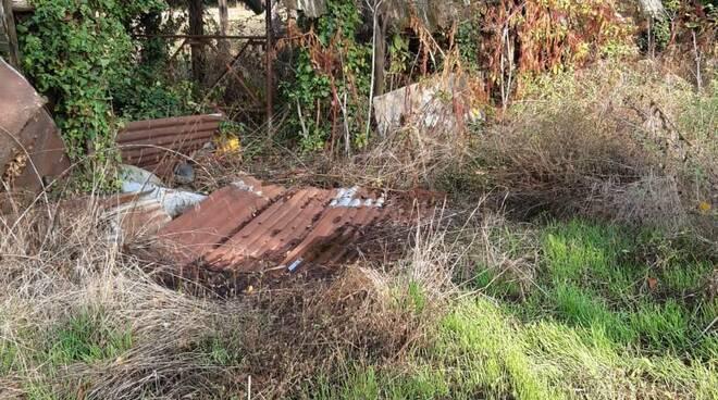 rudere pericolante ai laghetti di lammari