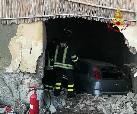 Si schianta contro un muro, soccorsa dai vigili del fuoco