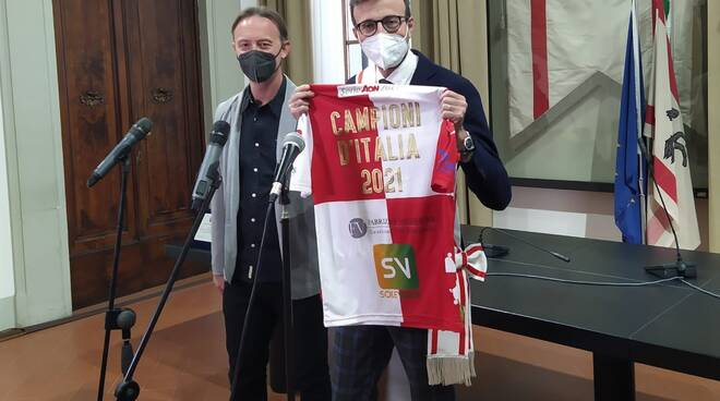 Antonio Mazzeo premia il Pisa Beach Soccer campione d'Italia