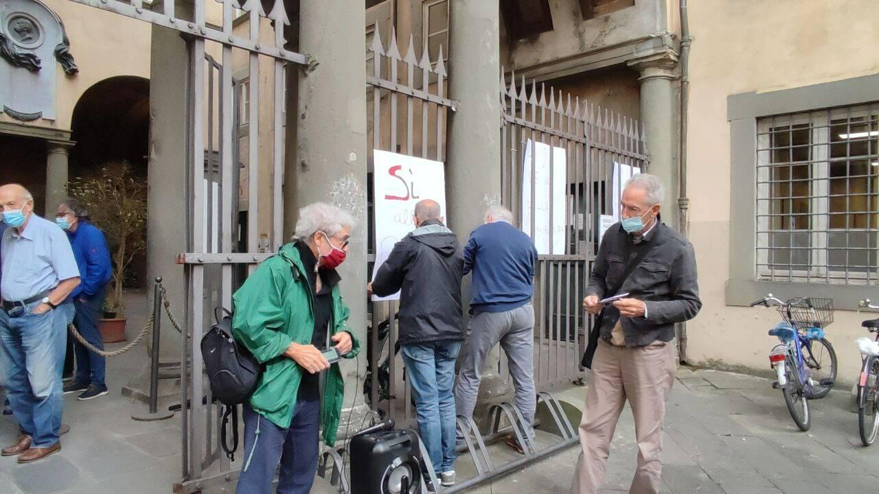 ex manifattura ai cancelli di palazzo santini la protesta dei comitati