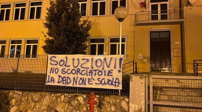 La protesta dei genitori davanti alla scuola di Marti