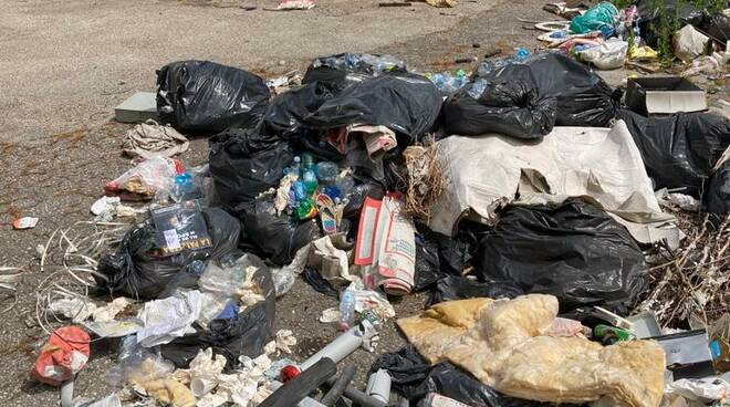 rifiuti abbandonati all'hotel granduca di San Giuliano Terme