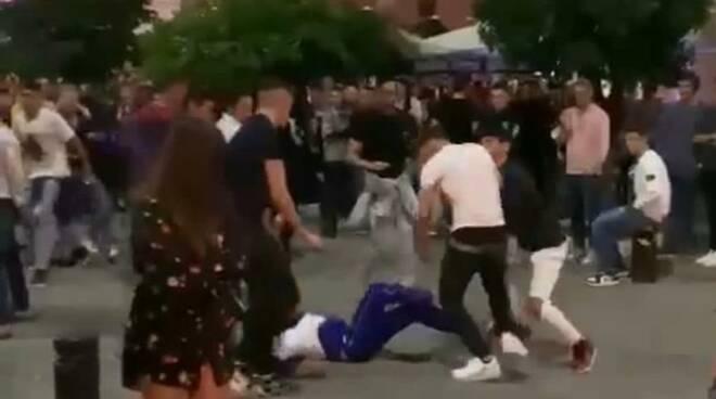 Risse violente in piazza Mercurio a Massa: identificati e denunciati i responsabili
