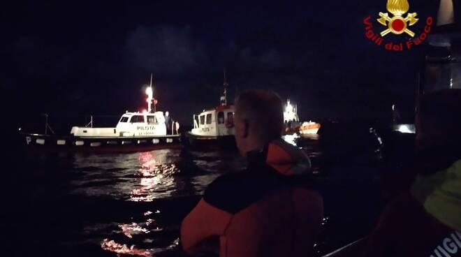 Ruba una barca dal porto di Livorno e cerca di dargli fuoco: nella fuga si scontra con un traghetto