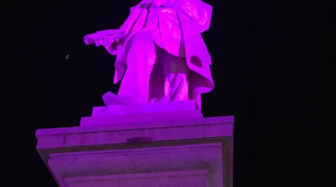 statua in piazza Montanelli a fucecchio illuminata per l'ottobre rosa